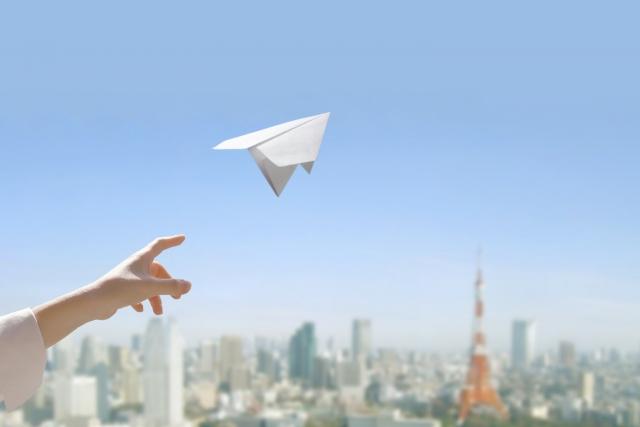 飛んでいる飛行機